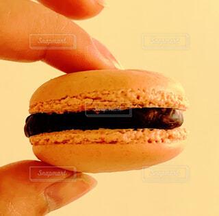 チョコクリームのピンクなマカロンの写真・画像素材[4410697]