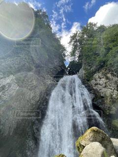 パワーを感じる滝の写真・画像素材[4842414]