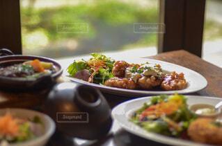 食べ物の皿をテーブルに置くの写真・画像素材[4813143]
