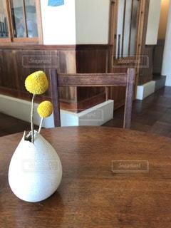 木製のテーブルの上に座って花瓶の写真・画像素材[1083293]