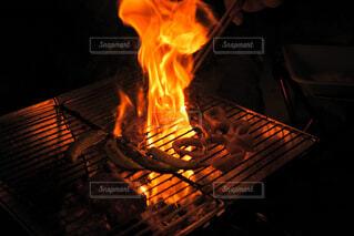 火事の前に座っている人の写真・画像素材[4428131]