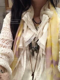 白い服に彩やかなストールとアクセサリーでアクセントを付けた女性の写真・画像素材[4428801]