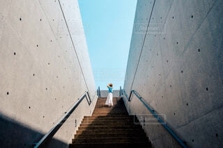 空に繋がる階段の写真・画像素材[4428655]