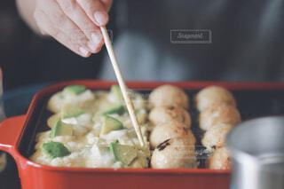 食べ物の皿とスプーンの写真・画像素材[4434848]