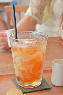 コーヒーとオレンジジュース1杯の写真・画像素材[4579377]