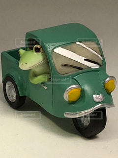 レトロな自動車を運転するカエルの写真・画像素材[1525728]