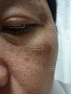 顔にできたシミを気にする中年男性の写真・画像素材[1644974]