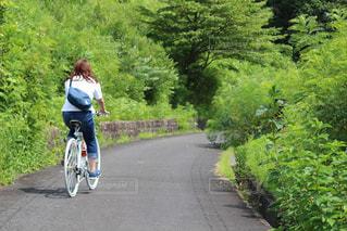 女性,恋人,1人,20代,自然,アウトドア,夏,乗り物,自転車,サイクリング,クロスバイク