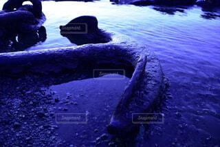 暗い海と碇の写真・画像素材[4440547]