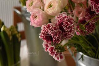 テーブルの上の花瓶に花束の写真・画像素材[4438917]