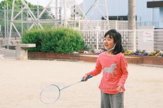 バトミントンを楽しむ子供の写真・画像素材[4441660]