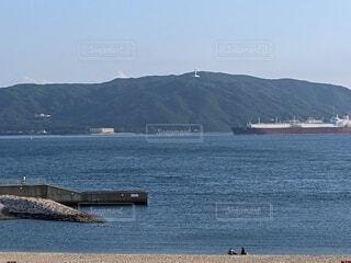 背景に山のある大きな水域の写真・画像素材[4602287]