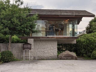 家の前にある石のベンチの写真・画像素材[4619045]