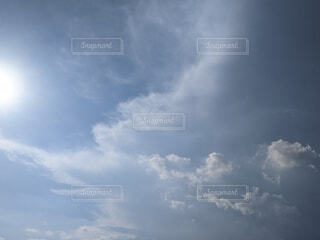 曇りの日に空の雲の写真・画像素材[4655703]