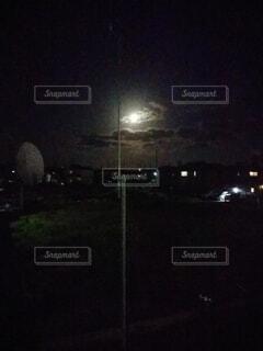 夜に明るくした街の写真・画像素材[4443457]