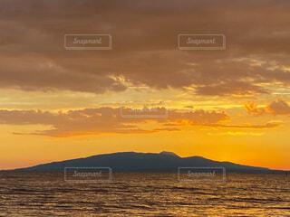 海と山と夕焼けの写真・画像素材[4874451]