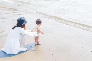 浜辺に立っている少年の写真・画像素材[4465858]
