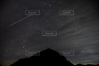 空を飛んでいる人の写真・画像素材[4465868]