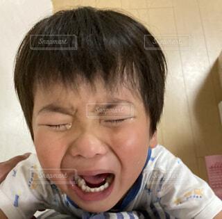 泣いてる男の子の写真・画像素材[4654354]