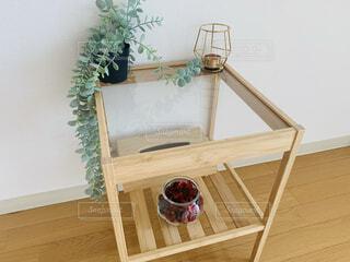 木製のガラステーブルの写真・画像素材[4911279]
