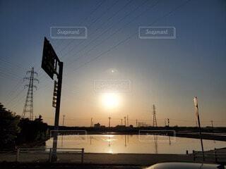 都市に沈む夕日の写真・画像素材[4449869]
