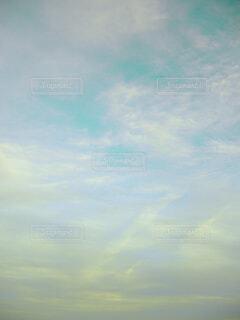 水色とレモンイエローの空の写真・画像素材[4514103]
