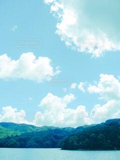 夏の空と水面が映る景色の写真・画像素材[4514111]