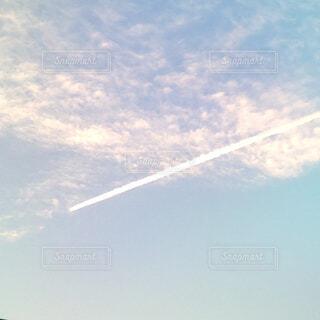 ヒコウキ雲がある水色とピンクの空の写真・画像素材[4517431]