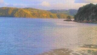 青く色づく海の写真・画像素材[4533514]