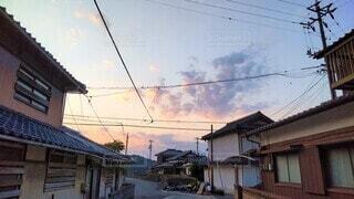田舎の住宅街と紫色の夕空の写真・画像素材[4560351]