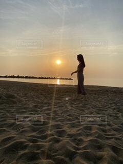 水の体の隣に立っている男の写真・画像素材[4554384]