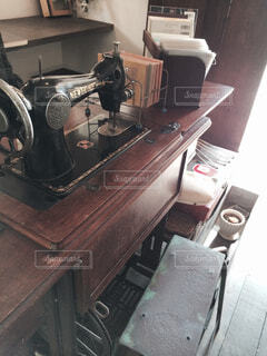 ストーブの上に座っている猫の写真・画像素材[4557478]