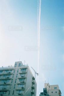 青空に映える飛行機雲の写真・画像素材[4457857]