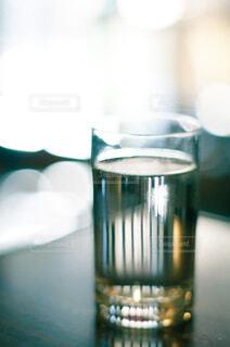 キラキラした水の入ったガラスのコップの写真・画像素材[4460828]