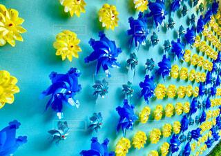 青と黄色の風車が並ぶ風景。の写真・画像素材[4805533]