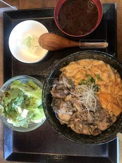 炭火で焼いた親子丼定食の写真・画像素材[4462377]