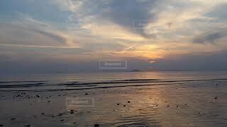 遠浅で引き潮時の静かなしおや海水浴場の写真・画像素材[4482597]