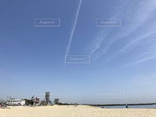 快晴の砂浜と町の遠景の写真・画像素材[4468962]