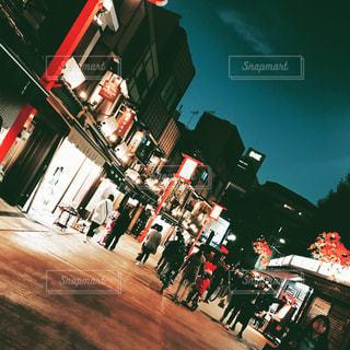 夜の店の前 - No.873874