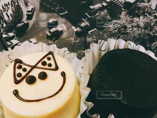 チョコレート ケーキをのせた白プレート - No.901498