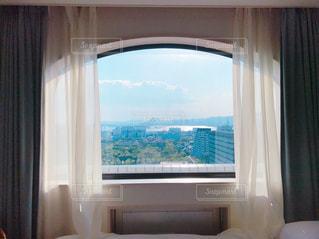 大きな窓のあるベッドルームの写真・画像素材[1356847]
