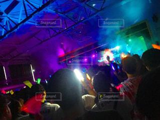 群衆の前の舞台に立つ人々のグループの写真・画像素材[4471553]