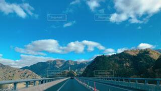 山を背景にした水の体に架かる橋の写真・画像素材[4470544]