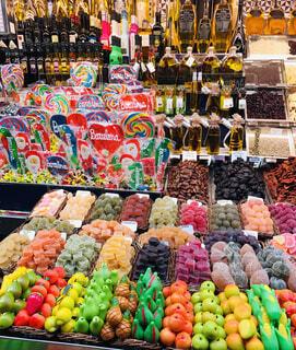 店で展示されている果物の列の写真・画像素材[4481061]