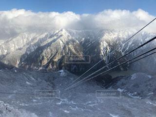雪に覆われた山の写真・画像素材[4566664]