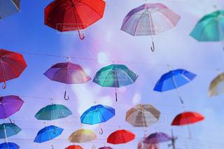雨の中でぶら下がっている傘の写真・画像素材[898644]