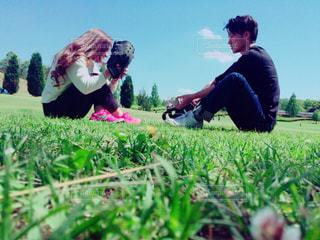 恋人,カップル,芝生,ピクニック,野球,2人組,キャッチボール