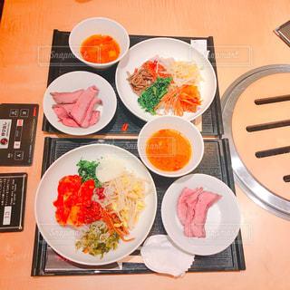 テーブルの上に食べ物の種類で満たされたボウルの写真・画像素材[753441]
