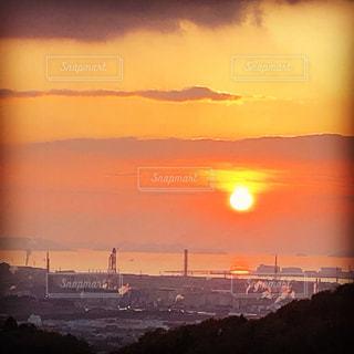 瀬戸内の工業地帯に沈む夕日の写真・画像素材[1884187]
