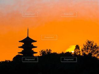 夕焼け背景の備中国分寺五重塔の写真・画像素材[2368987]